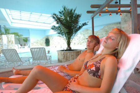 Besucher auf Liegestühlen im Jordanbad | Blogbeitrag | Hotel Adler