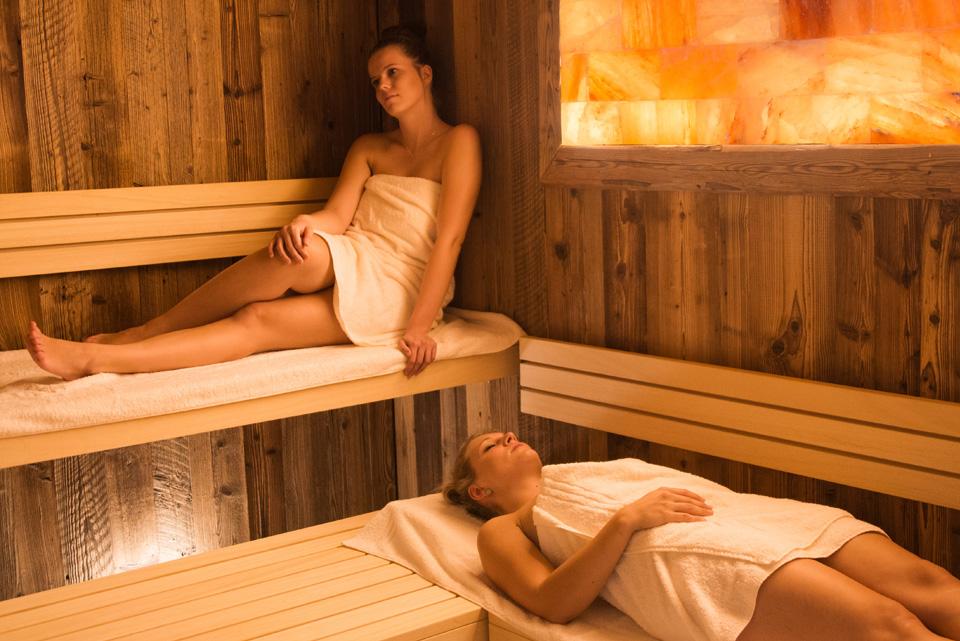 Zwei Frauen genießen den Aufenthalt in einer Sauna | Hotel Adler
