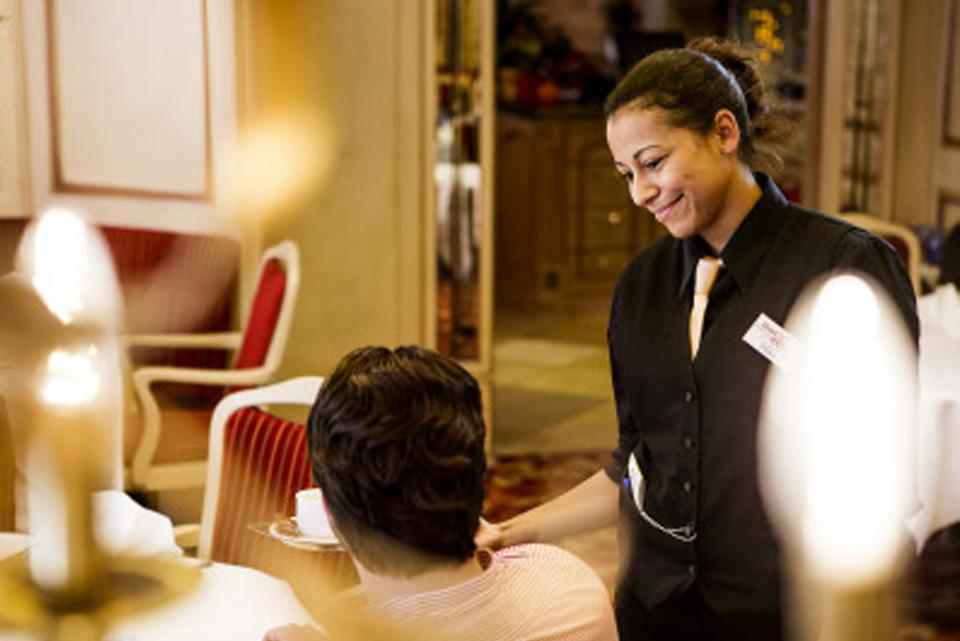 Kellnerin im Hotel Adler