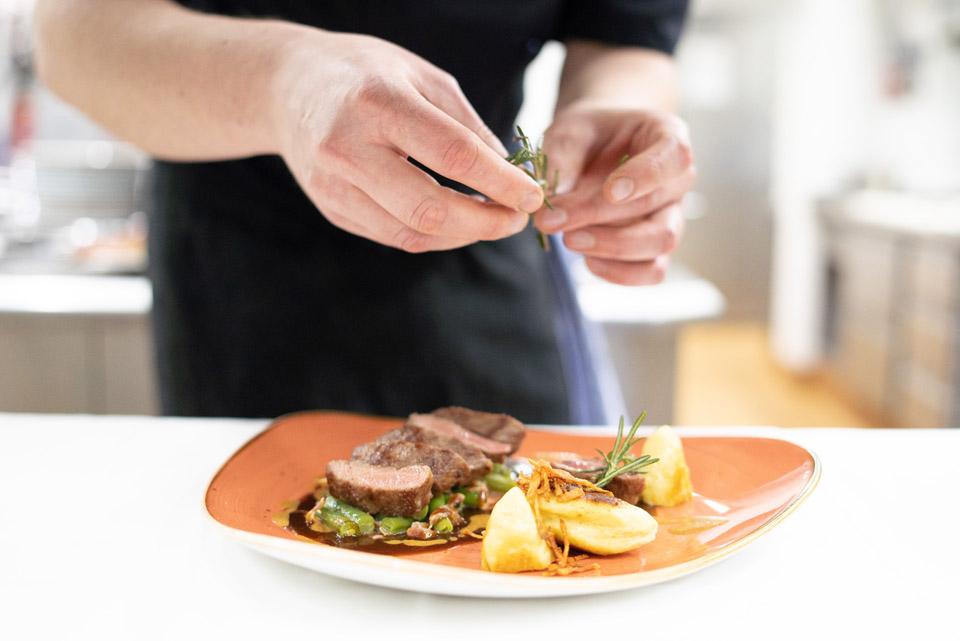 Zubereitete Speise auf einem Teller | Paulas Alb | Hotel Adler