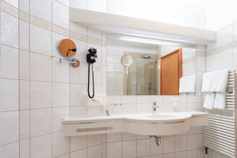 Doppelzimmer Classic Badezimmer Spiegel und Waschbecken | Hotel Adler
